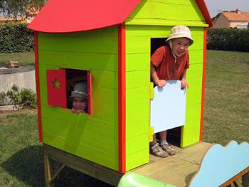 Maison en bois dans le jardin
